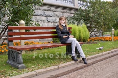 Смотреть фото девушки сидят на лавочке фото 676-437