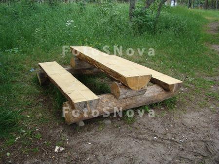 Стол и скамейки из бревен