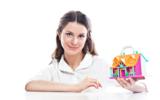 портрет молодой и красивой девушки с макетом загородного дома